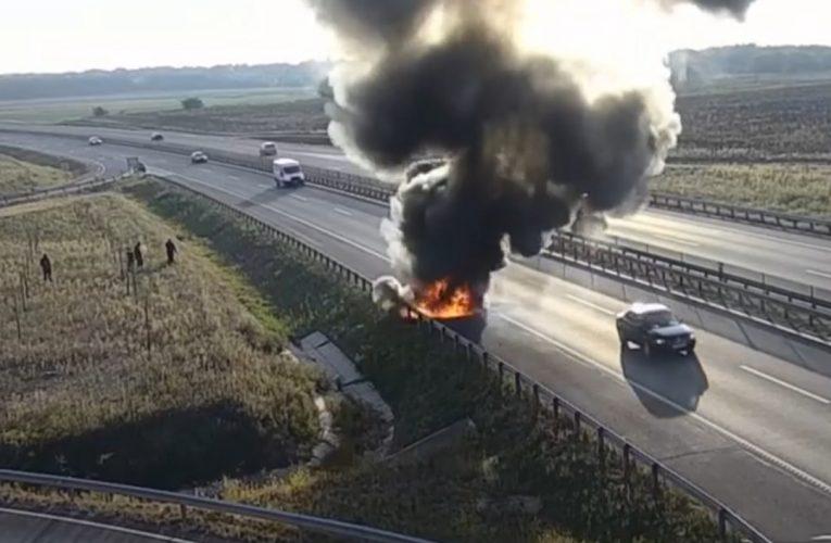 Percek alatt égett ki egy autó az M4-esen