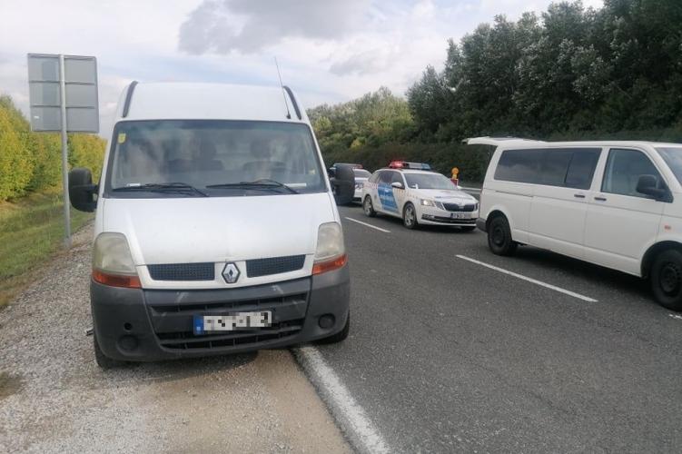 A rendőrök az M9-es autóúton állították meg a kisteherautót…